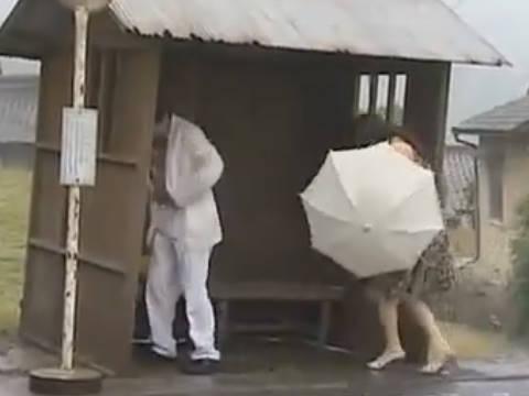【ヘンリー塚本】青姦目的でここに来た…巨乳人妻が温泉旅行中に雨が降りバス停で手コキ&イラマチオで寝取られる