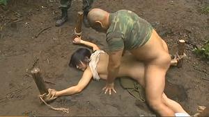 【ヘンリー塚本】三十路の巨根人妻が野外で兵士たちの肉便器にされ寝取られレイプ中出し