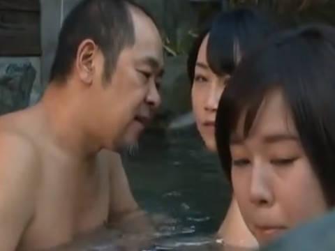 【ヘンリー塚本】村長さんが親子丼を食いたがってる…巨乳な母親が村長さんに自分より爆乳な娘を差し出す