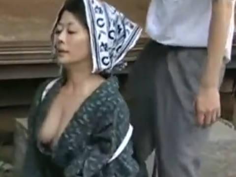 【ヘンリー塚本】もうたまらないよ…爆乳人妻の義母は美人で胸が露わな服装に年頃の息子はムラムラして襲いかかって近親相姦