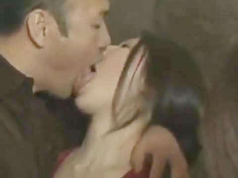 【ヘンリー塚本】これから俺と母ちゃんが接吻するよく見てろ…巨乳人妻と娘が交互に手コキ&イラマチオで近親相姦の3P