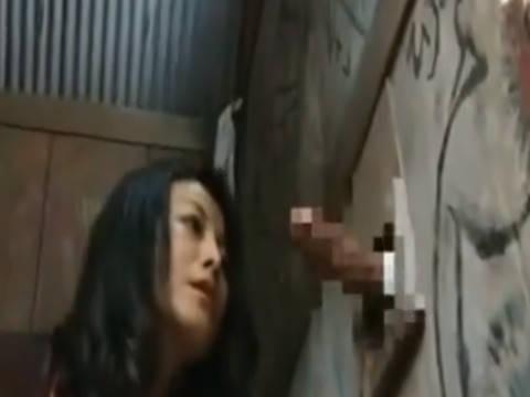 【ヘンリー塚本】お、大っきい、しゃぶりたい…巨乳の女が山の中の公衆便所でチンポを手コキ&イラマチオ