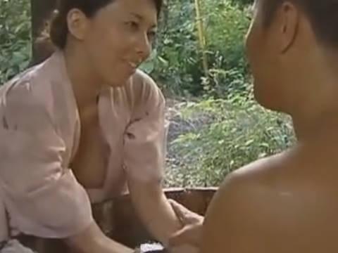 【ヘンリー塚本】ぱくりって飲み込まれてみたいわ可愛いわよ先生...豊満な巨乳人妻が作家の先生と手コキで寝取られる