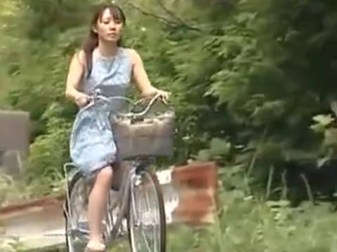 【ヘンリー塚本】ママチャリに乗ってる巨乳人妻が山奥に拉致され強姦で寝取られる