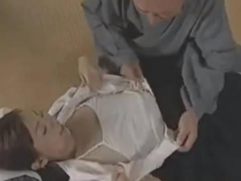 【ヘンリー塚本】ナツヨおっぱいとおまんちょをみせてくれ…老人と近親相姦するも修羅場
