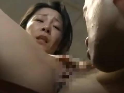 【ヘンリー塚本】奥さあんああっん…爆乳人妻がだらだらと唾液をたらしながら執拗にクンニする男に寝取られる