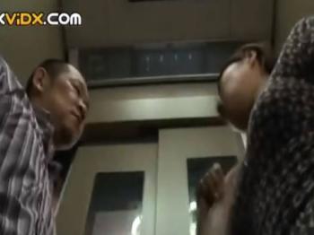 【ヘンリー塚本】もぉ待ちきれないわぁ…31才の巨乳人妻が絶倫の夫と自宅まで待ちきれずエレベーターで求め合う