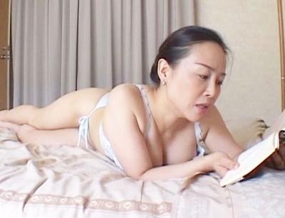 ★近親相姦★官能小説を読んでオナニーをする爆乳人妻♥息子が異常な性癖を持ち、母の肉体に迫ってきて禁断のSEXをしちゃう