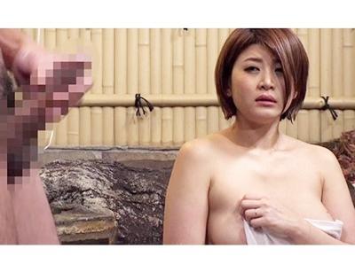 【人妻ナンパ】「はぁ~主人よりも大きいわぁ♥」爆乳人妻にシコシコセンズリを見せつけると発情!自然とヤラせてくれます