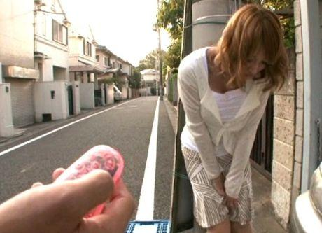 ★明日花キララ★「ちょ、、人が来たって!!」リモバイ調教されて、我慢できずにホテルへ直行♥めっちゃ潮吹きしちゃいます