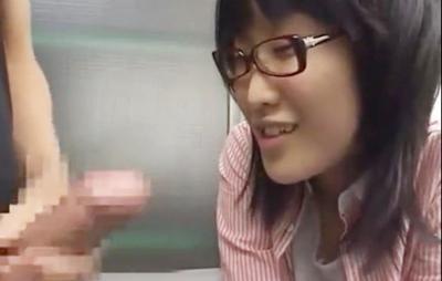 【センズリ鑑賞/素人】チ◯ポソムリエになりたい秀才メガネ女子は目の前にある竿をどうしても咥えて味見しないと気が済まないの!パクっとイってまえ〜ぃwww