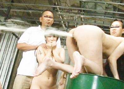 ★アナル奴隷★浣腸をされた美少女がケツを叩かれると、、ジョット噴射してアナルが壊れます♥変態集団のペットです