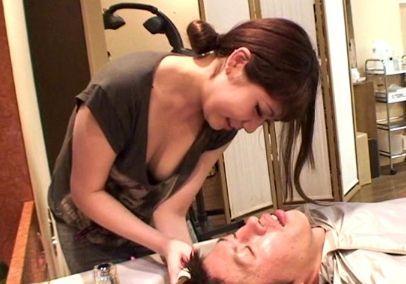 隠しカメラを持ったAV男優が美容師とSEX出来るという噂の美容院へ潜入!胸チラさせて確実に客を誘っている痴女美容師を発見!