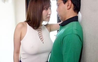 爆乳ノーブラおっぱいで中年男を誘惑する淫乱人妻♥完全に乳首が浮いている状態でベッドで強制的にハメられちゃいます