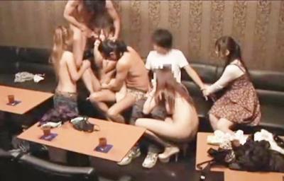 ★スワッピング★「ちょ、ちょ、ちょっと」連れ込まれた場所がハプニングバー!目の前で恋人が違う男と女に寝取られちゃう