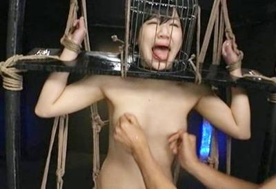鳥かごに緊縛された美女奴隷♥乳首責め、ロウソク責めなどハードなSMプレイに発狂!!それでも続く拷問がヤバすぎるwww