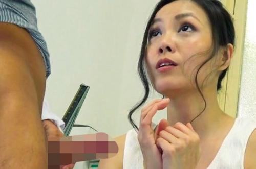 【人妻×中出し】変態医師が欲求不満の人妻たちに勃起チ◯ポを見せつけて、欲しそうな顔をしているので中出しSEXしちゃいます