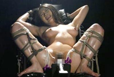 【無限拷問】M字開脚で拘束された奴隷美女が、、、固定電マと無数のローター責めでずっと放置!マン汁とヤバイ汗が出てきますw