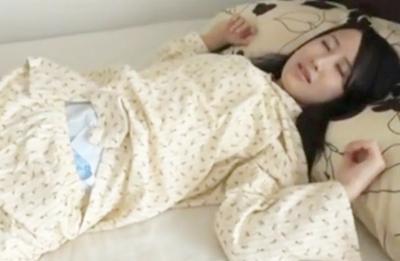 毎晩紙おむつ着衣で寝てるの...?おもらしが心配なパイパンおねえさんがいやらしい!!