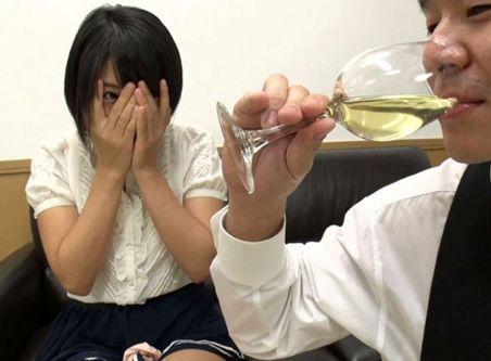 ★素人美女のおしっこ★グラスにホヤホヤのおしっこを赤面しながらする美女たち!眼の前で変態男に飲まれちゃいます