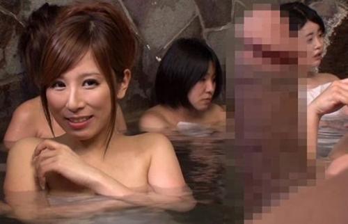 太い勃起チ◯ポに釘付けのお姉さん♥露天風呂に混浴と間違って入ってきた男とセックスする巨乳ギャルがエロすぎwww