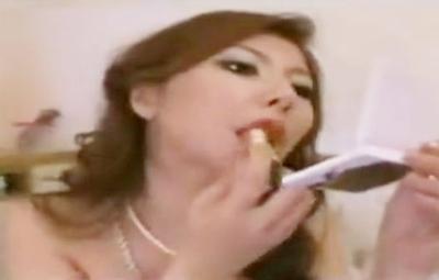 女王様が赤い口紅を塗ってM男の顔を舐めまくり♥レロレロと舐めまくってから咀嚼プレイでM男をさらにイジメちゃいます