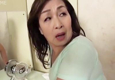 【七十路熟女】「だ、だめよぉ、、、おばさんに興奮しすぎ♥」完全熟成された巨尻に息子が我慢の限界!尻に顔を埋めて襲います