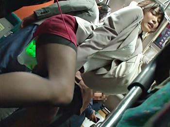 ≪痴漢≫通勤バスで痴漢師に無理やり極太バイブを突っ込まれイッてしまうエロいOL、途中下車でラブホに連れ込まれ犯される!!