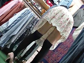 古着屋の看板娘を店内レイプ!お客がいるので声も出せず、試着室に連れ込みナマで挿入、膣奥に大量ザーメンをぶちまけてやった!