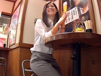 一人飲みしてたスレンダーなモデル級美人OLをナンパ、ホテルへ連れ込み更に飲ませて酩酊状態に!知人を呼んで輪姦ハメ撮り!