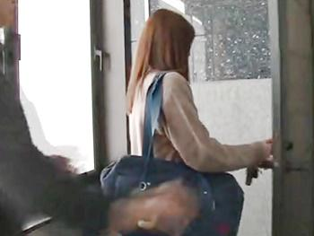 《レイプ》自宅の玄関先でストーカーにレイプされる女子校生!更に家の中に連れ込まれ凌辱・再度ハメられ…膣内大量射精!