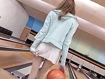 イタリアから来日した金髪美少女が人生初の露出羞恥プレイに挑戦!ノーパンでボーリングをさせられ…羞恥オナから場内セックス!
