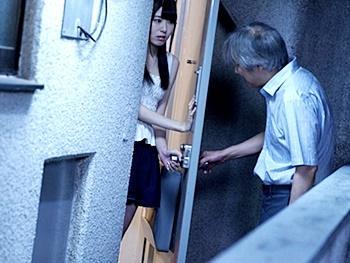 【レイプ】隣人の中年男に薬を盛られ中出しレイプれる美少女!マンコから流れ出るザーメンを撮影され…