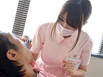 歯科医で可愛い助手さんの巨乳が目の前に!チンコはフル勃起!気付いた彼女は歯を抜く代わりにザーメン抜いてくれました♪