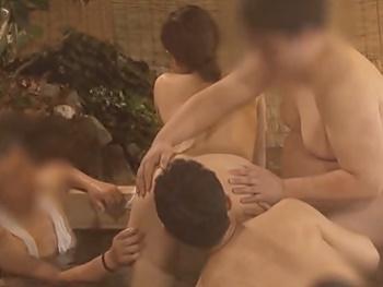 『あぁ~だめぇ!一度に触らないでぇ~!』可愛いJDがタオル一枚で男湯へ…気付けば狼男に囲まれて、触られ・舐められ放題!