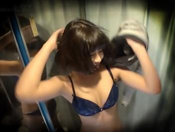 【MM号】ゲレンデでナンパした可愛いJDと男友達、MM号の中での友情崩壊セックスを着替えから中だしまで一部始終を盗撮!!