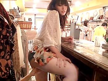 アパレルショップで痴漢していたら、見ていた綺麗な店員さんがオナニー始めたので…カウンター下に隠れてパコってやりました!