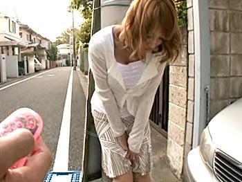 《明日花キララ》『エッチしよ♡』新婚の巨乳妻に路上でリモバイ突っ込んだら発情!ホテルに連れ込まれ…手マンで大量潮吹き!