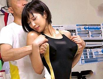 【湊莉久】競泳アスリートを狙う悪徳整体治療の着替えから整体師にレイプされる一部始終!盗撮!