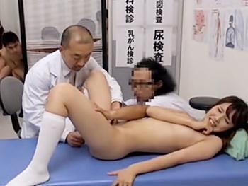 『やだぁー!脱ぎたくないです!某交の新入生健康診断は男女混合!全員全裸で医者に乳首を摘ままれ・お股を強制開脚異物挿入!