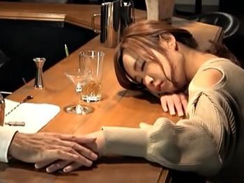 都内の某BARでの昏睡レイプ盗撮映像!1人で呑みに来たモデル級美女に睡眠薬入りカクテルを飲ませ勝手にハメで勝手に中出し!