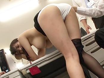 エロい女子社員に机に隠れてフェラして貰ってたら帰って来た同僚2人に見つかり…オフィス内輪姦4Pセックス!!