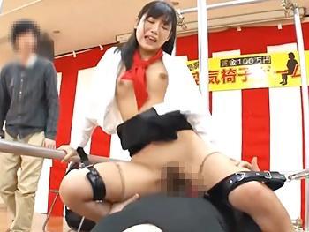 可愛い彼女が「空気椅子」耐久ゲーム!悪戯を耐えきれず脱落すれば…股下に待ち構える勃起チンポがずっぽりマンコにハマる!