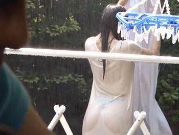 エロい人妻がゲリラ豪雨でびしょ濡れ!マキシワンピから透けて見える下着に欲情し、手伝うフリして倉庫に引きずり込み犯す!