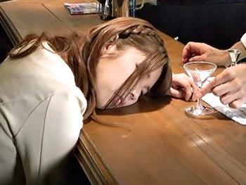 東京・銀座のBARでの昏睡レイプ盗撮映像!1人で来たモデル級美女に睡眠薬入りカクテルを飲ませ眠らせて好き放題ハメる!