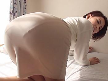タイトスカート人妻のプリッ尻に欲情し、動画モデルと称して連れ込みパンツ擦り下げ即ハメ!拒まれても押しの一手で激ピストン!