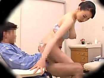 精子採取に失敗した看護婦さん、射精して果てたフニャチンを復活させるべく自らのカラダを使って騎乗位挿入…見事に性交!?