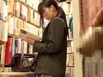 【JKレイプ】本屋で立ち読みしている女子校生のマンコに媚薬を塗りたくり、男二人で代わる代わる店内レイプ!