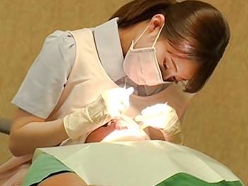 歯科衛生士の綺麗なお姉さんの柔らかオッパイが顔や頭に押し付けられフル勃起!優しい彼女はリップサービス&手コキの特別治療!