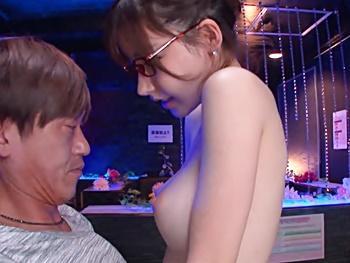 おっパブ行ったら出て来たのがメガネのお嬢…しかしこの娘が性欲旺盛だし、メガネ外すと可愛いし、サービス満点の店内セックス!